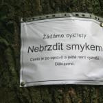 Podivná cedule, která se objevila na několika místech u cesty Svákovem